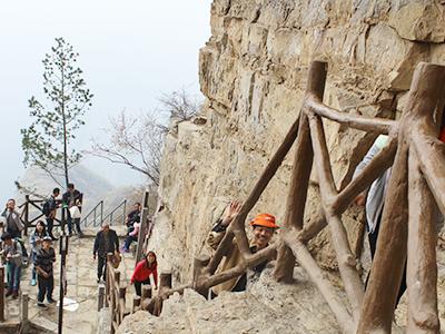 长城科工贸队员们爬神农山照